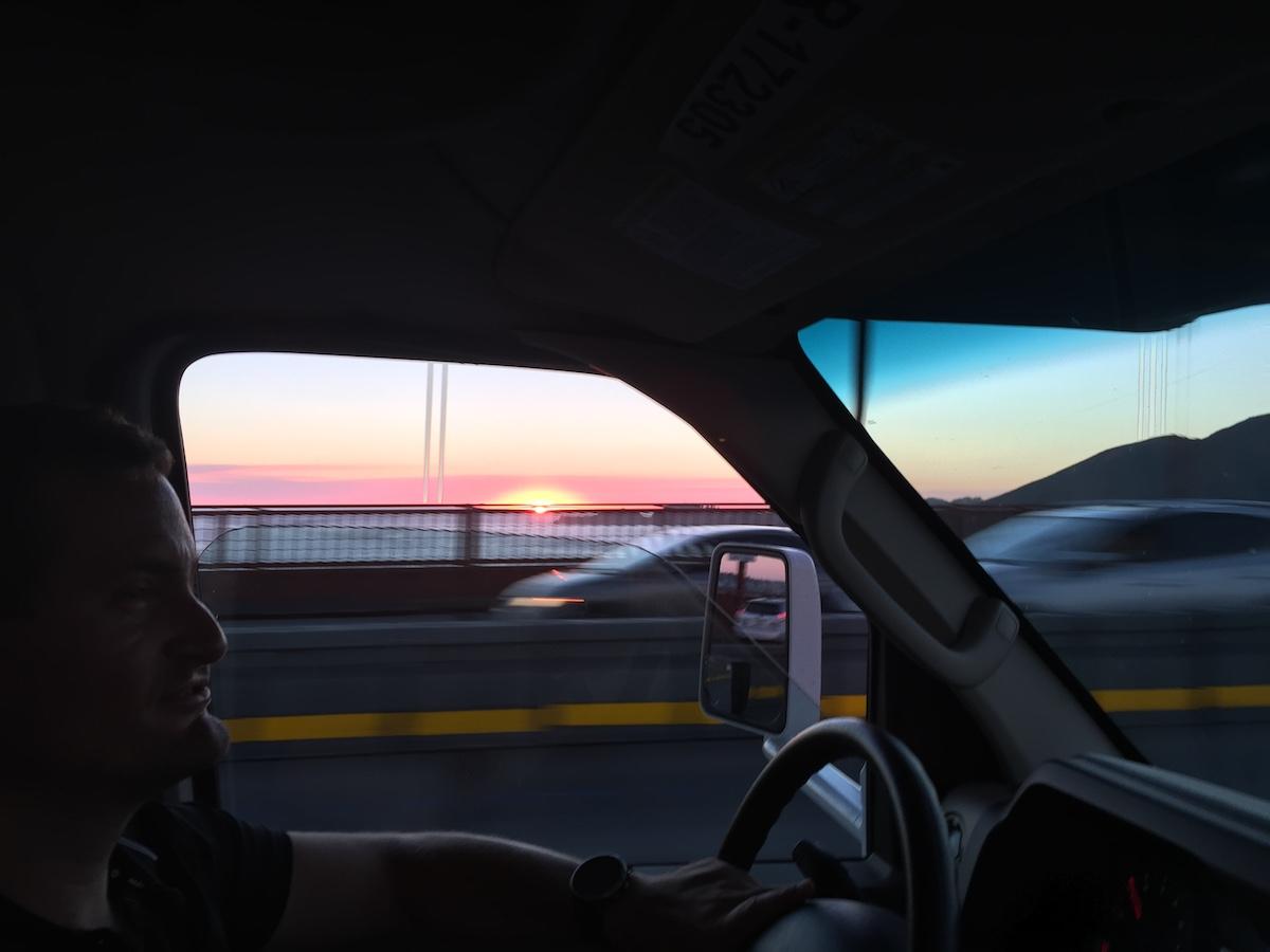 Bei Sonnenuntergang über die Golden Gate Bridge cruisen