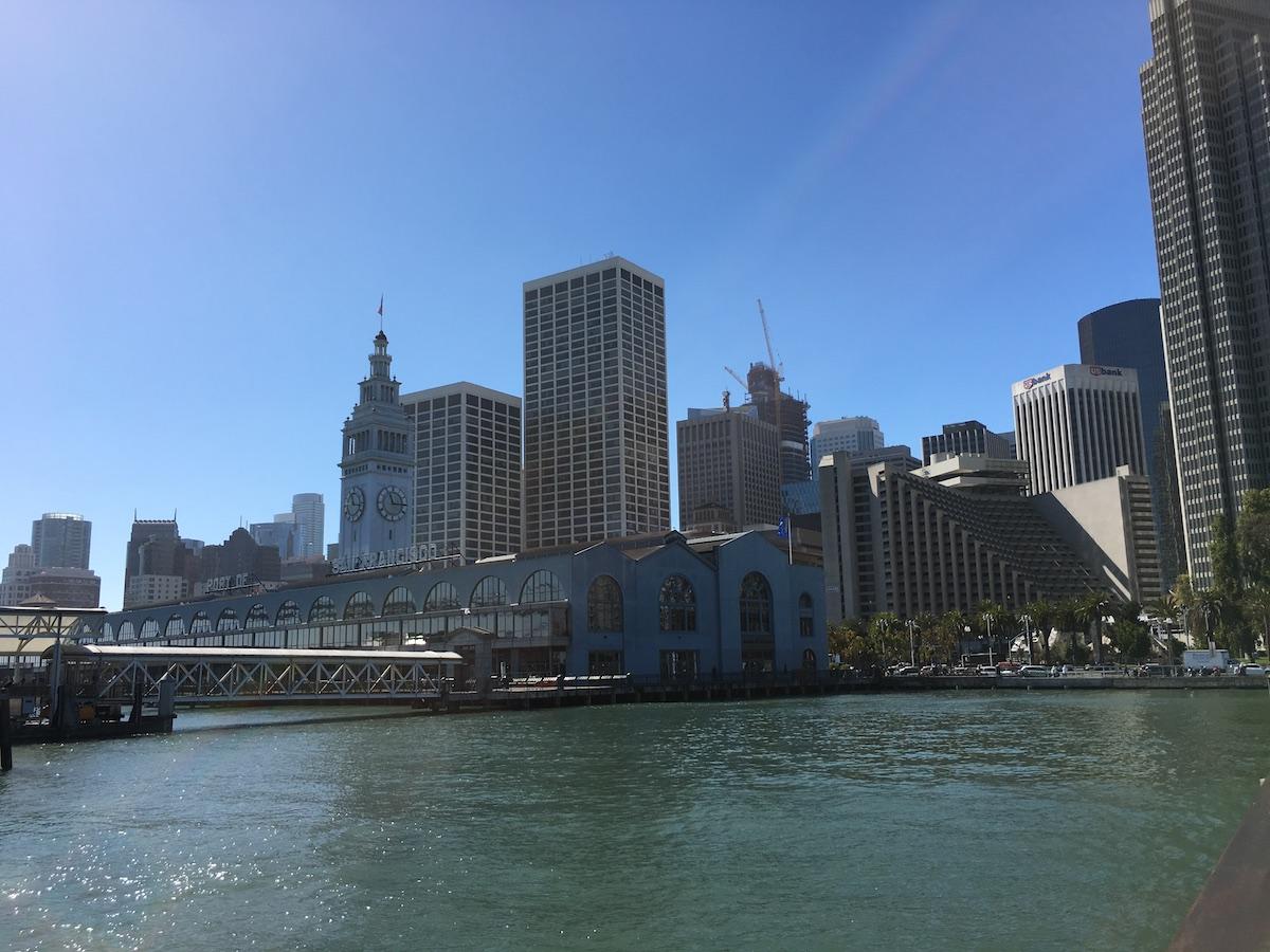 Ferry Building mit Skyline